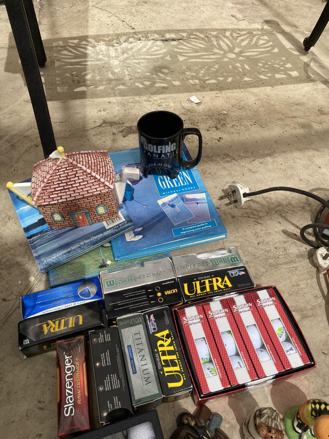 AN ASSORTMENT OF GOLF ITEMS TO INCLUDE NEW AND BOXED BALLS, BOOKS AND ORNAMENTS ETC - Image 4 of 4