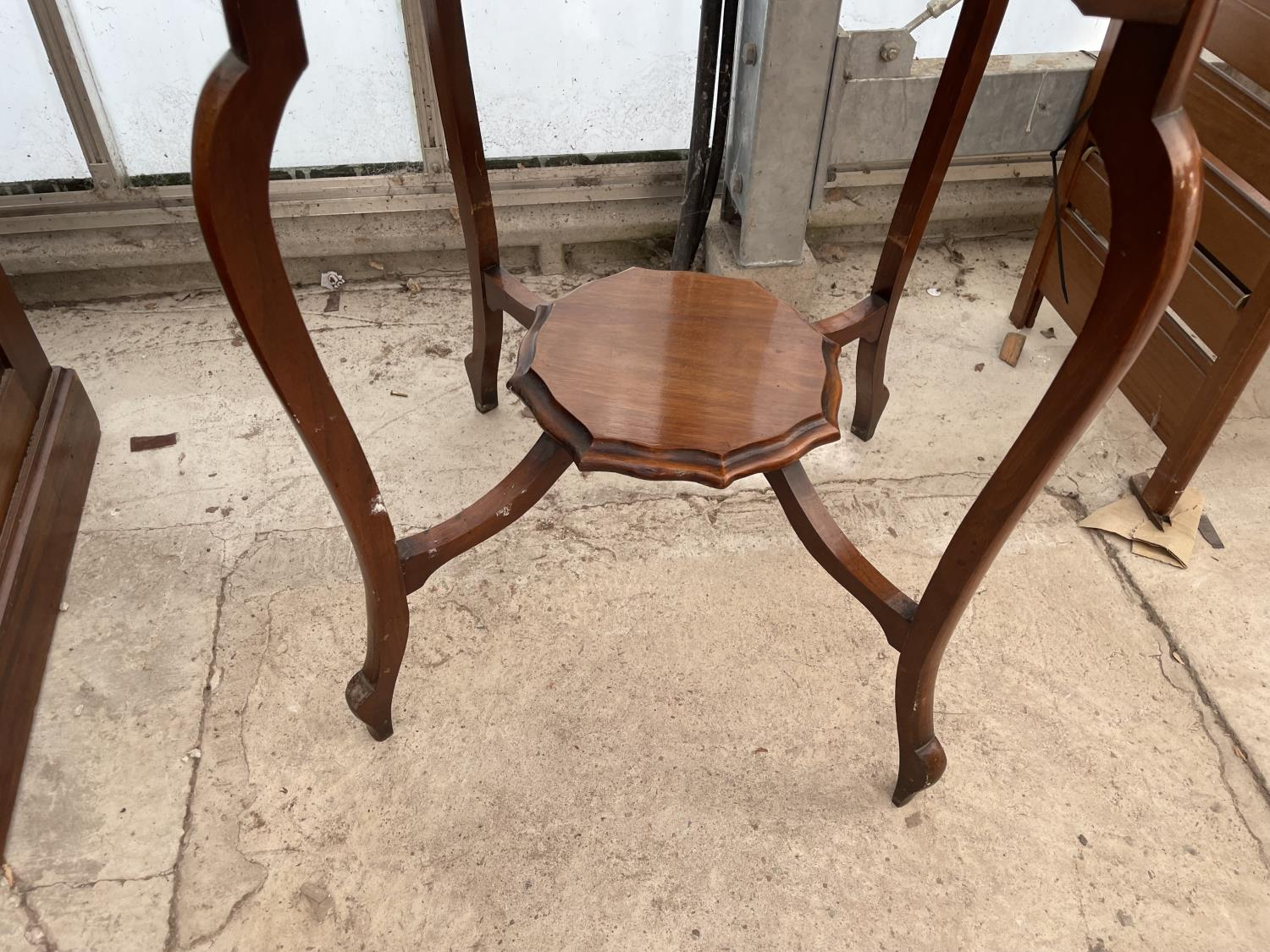 """AN EDWARDIAN MAHOGANY TWO TIER CENTRE TABLE, 26"""" DIAMETER - Image 3 of 3"""