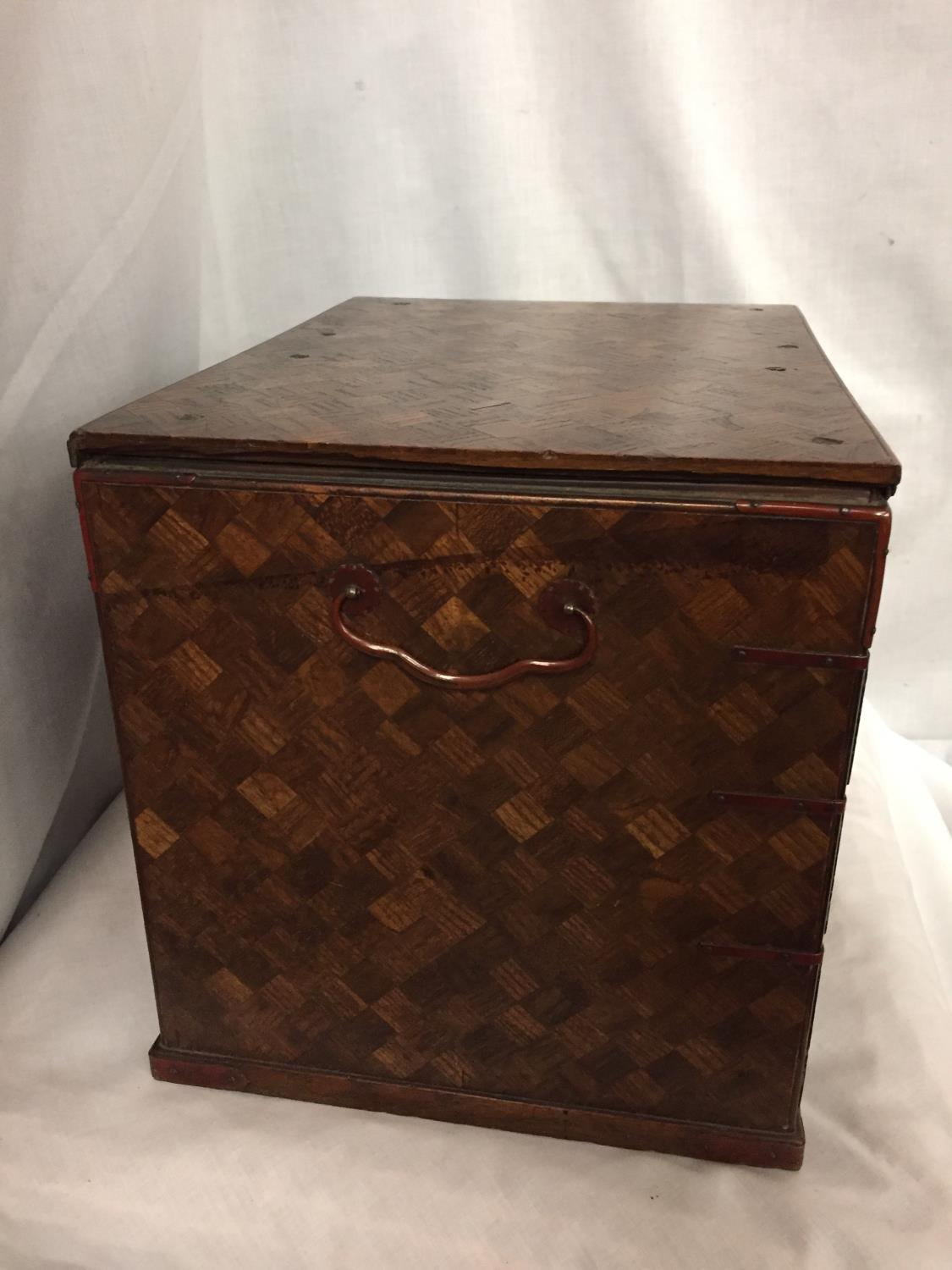 A MINATURE PARQUE WOODEN CHEST WITH DRAWERS 32CM X 26CM - Image 5 of 6