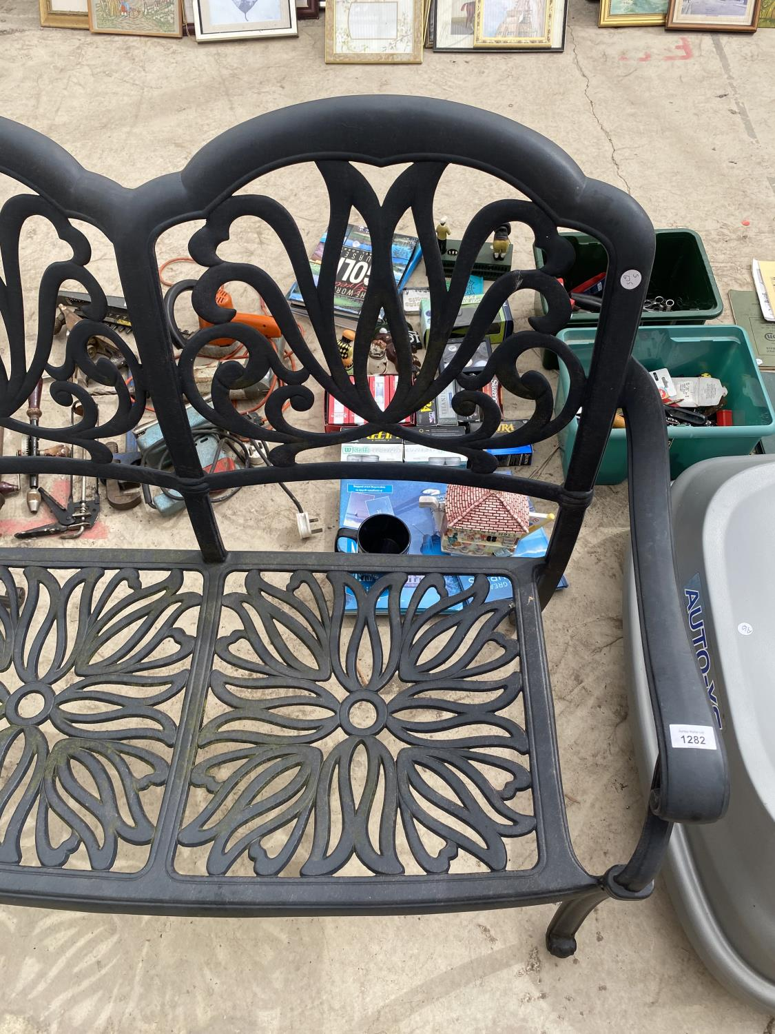 A DECORATIVE CAST METAL GARDEN BENCH - Image 3 of 4