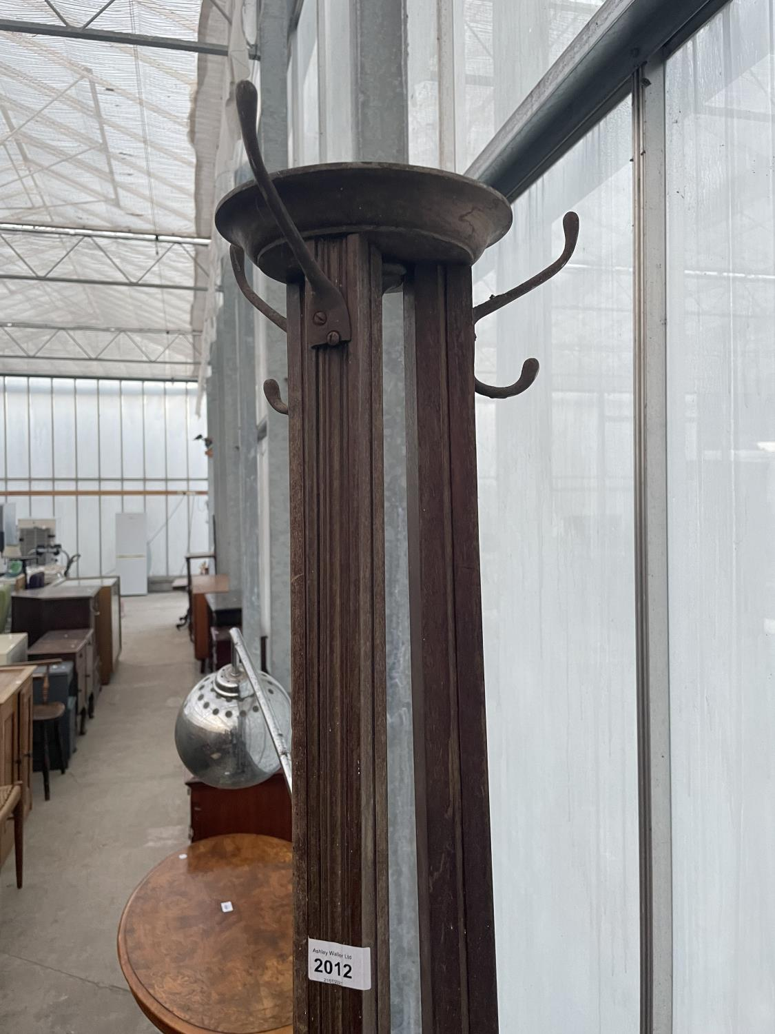 AN EARLY 20TH CENTURY MAHOGANY COAT/HAT STAND ON THREE TAPERING COLUMNS - Image 2 of 3