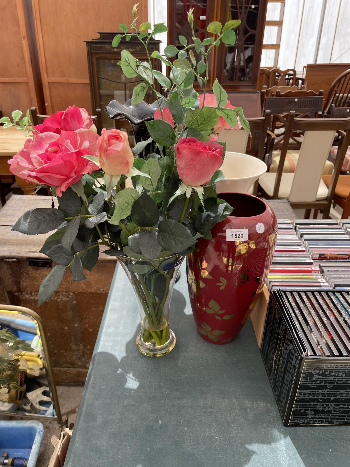 AN ASSORTMENT OF VASES TO INCLUDE ARTIFICIAL FLOWERS - Image 2 of 4