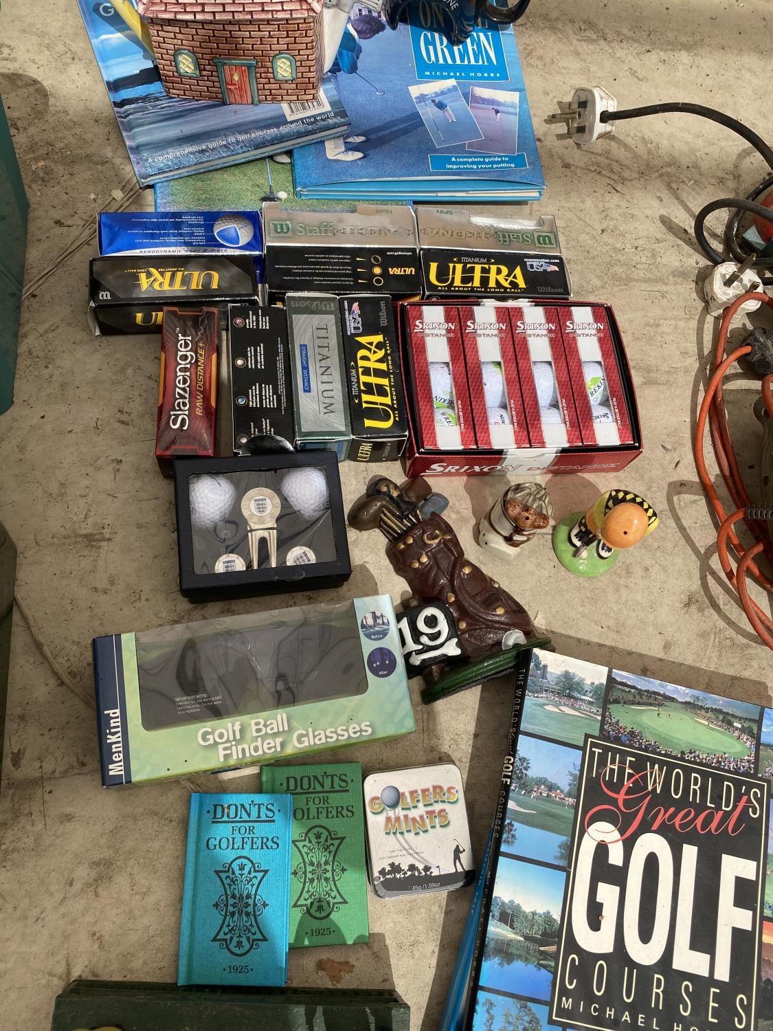 AN ASSORTMENT OF GOLF ITEMS TO INCLUDE NEW AND BOXED BALLS, BOOKS AND ORNAMENTS ETC - Image 3 of 4