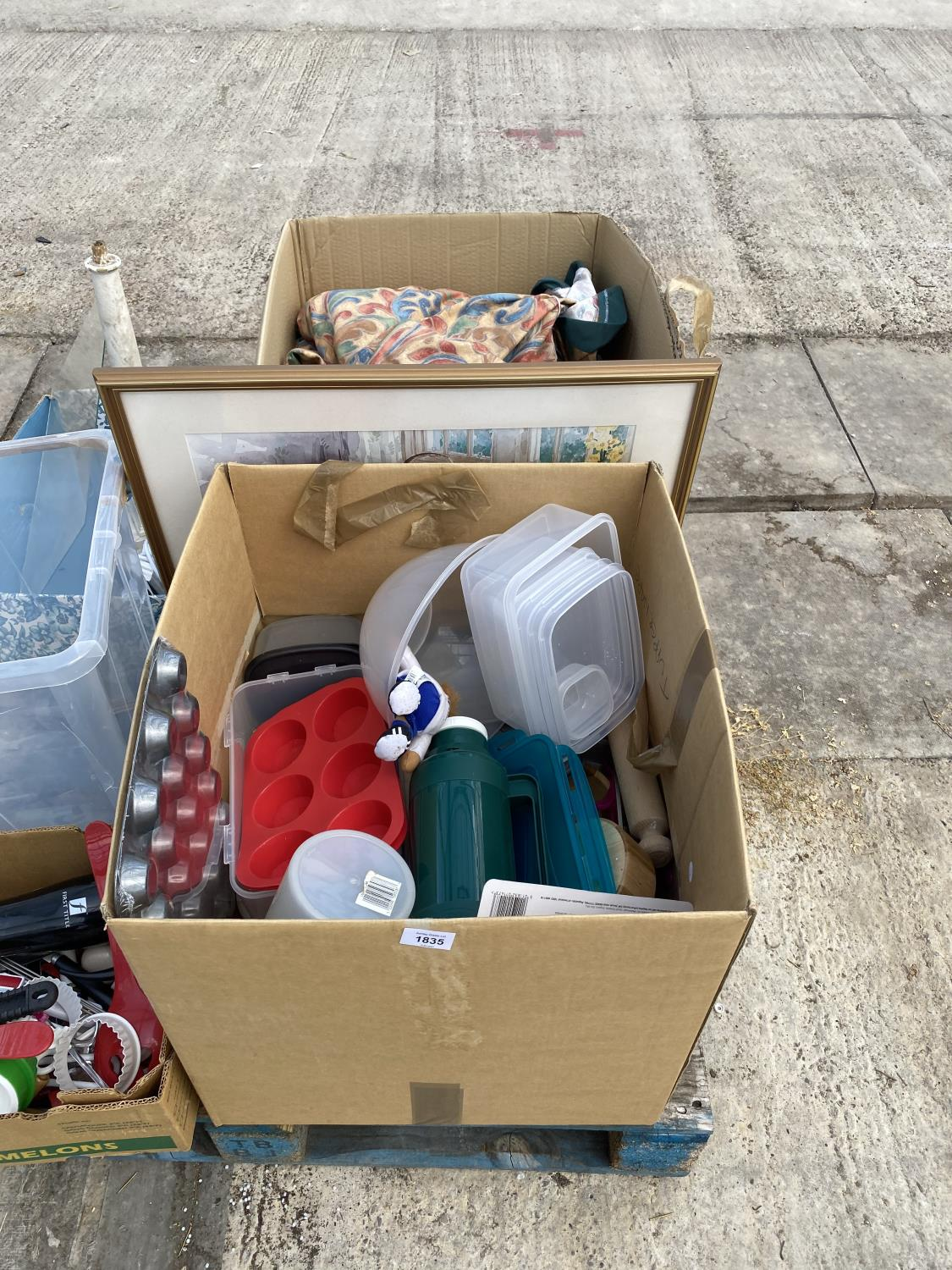 AN ASSORTMENT OF HOUSEHOLD CLEARANCE ITEMS TO INCLUDE FLASKS, LAMPS AND CURTAINS ETC
