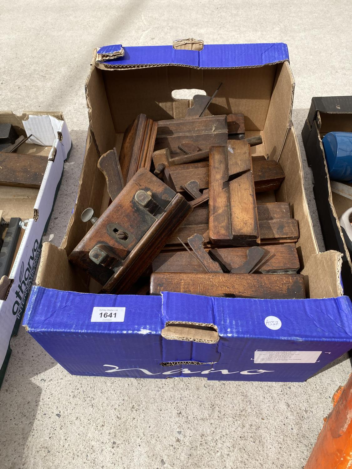 A COLLECTION OF VINTAGE WOOD PLANES