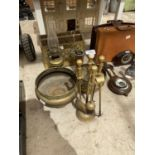 AN ASSORTMENT OF BRASS ITEMS TO INCLUDE A MAGAZINE RACK, FIRE SIDE COMPANION SET AND OIL LAMP ETC