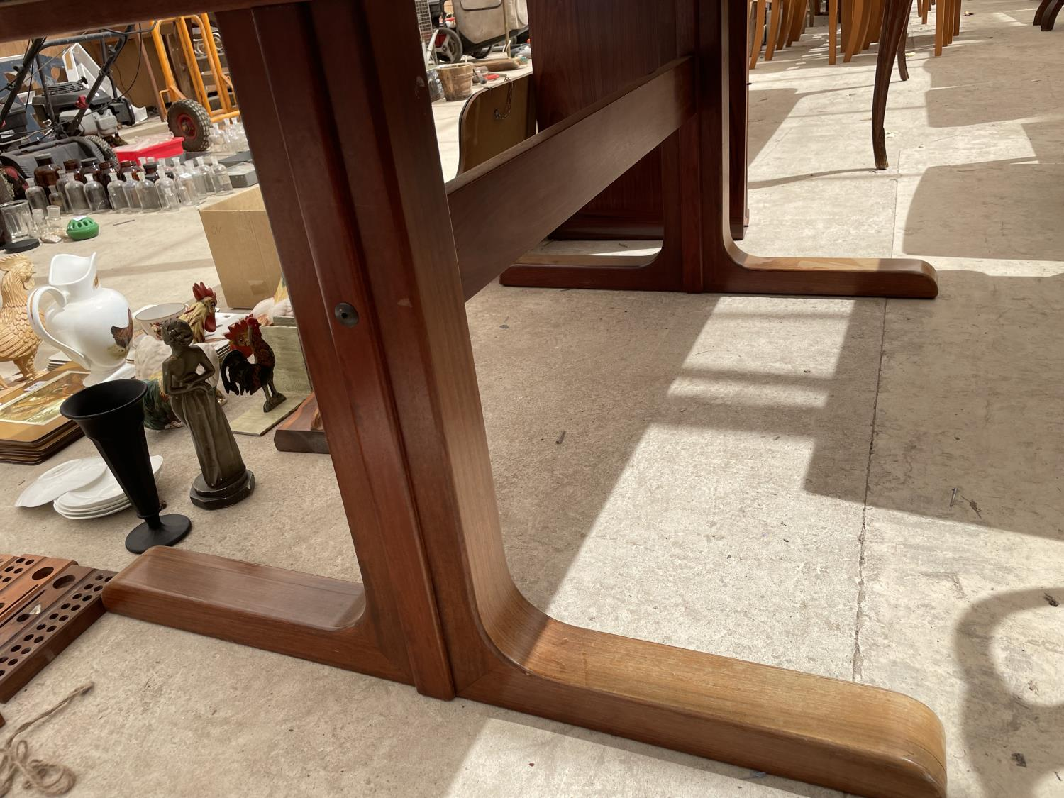 A RETRO EXTENDING HARDWOOD DINING TABLE WITH TWO EXTRA LEAVES - Image 4 of 6