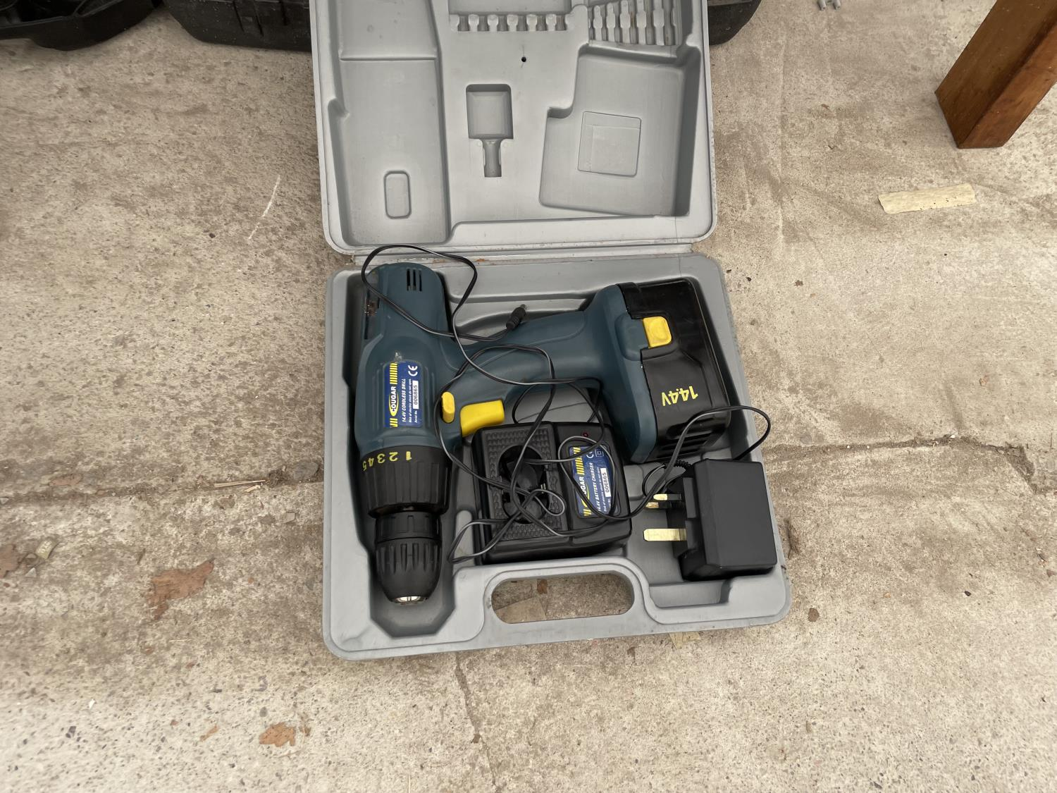 AN ASSORTMENT OF CORDLESS DRILLS - Image 4 of 8
