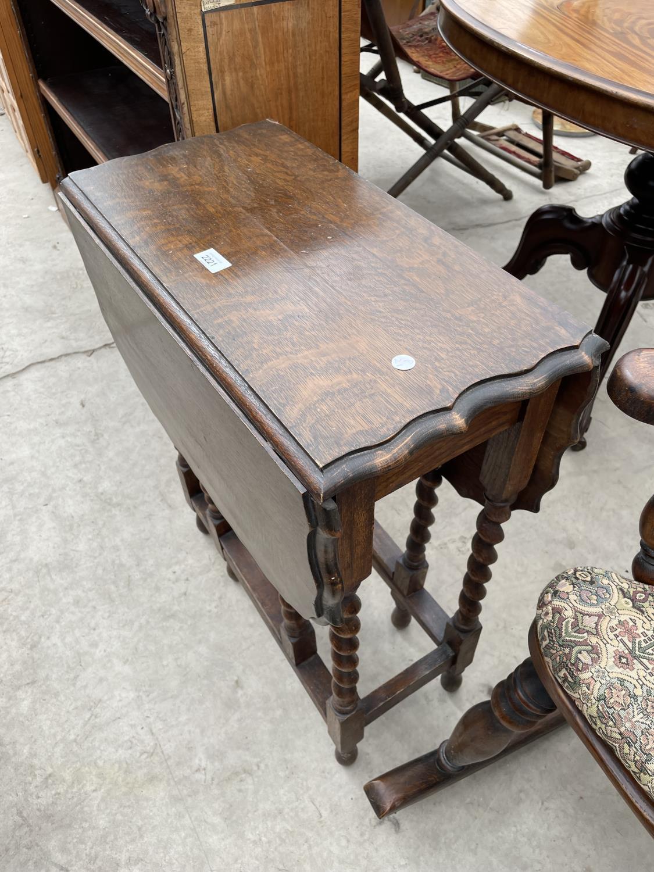 "AN EARLY 20TH CENTURY OAK GATELEG TABLE ON BARLEYTWIST LEGS, 22X35"" OPENED - Image 4 of 4"