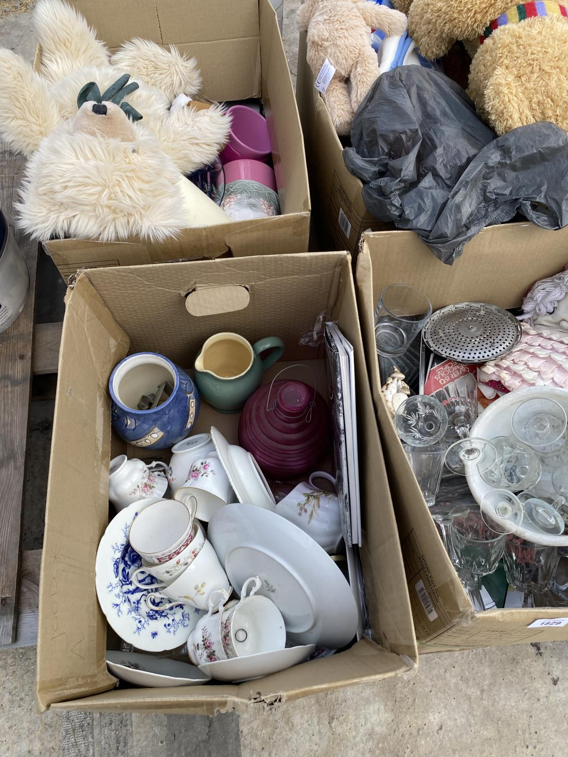 AN ASSORTMENT OF HOUSEHOLD CLEARANCE ITEMS TO INCLUDE CERAMICS, GLASS WARE AND TEDDIES ETC - Image 4 of 8