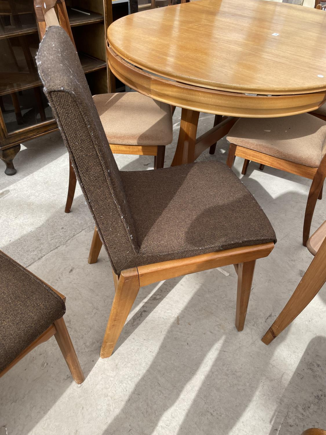 A SET OF SIX RETRO DINING CHAIRS WITH UPHOLSTERED BACKS AND SEATS - Image 8 of 8