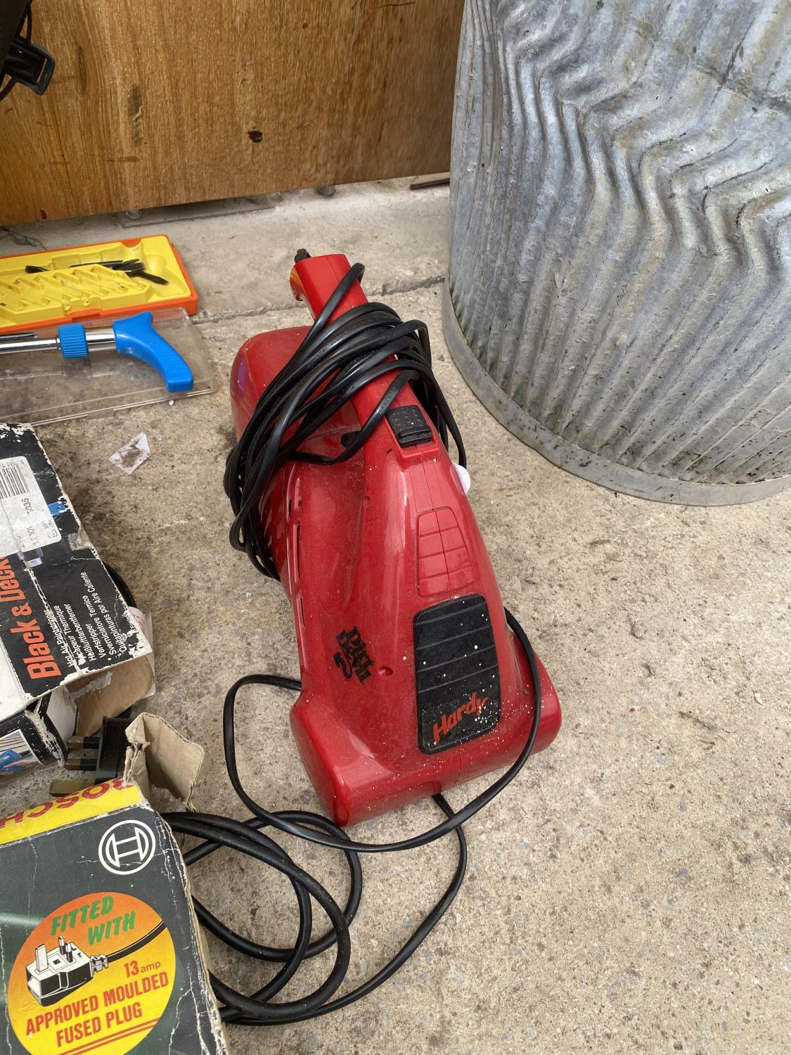 AN ASSORTMENT OF TOOLS TO INCLUDE A HEAT GUN, JIGSAW AND A SPADE AND FORK ETC - Image 3 of 5