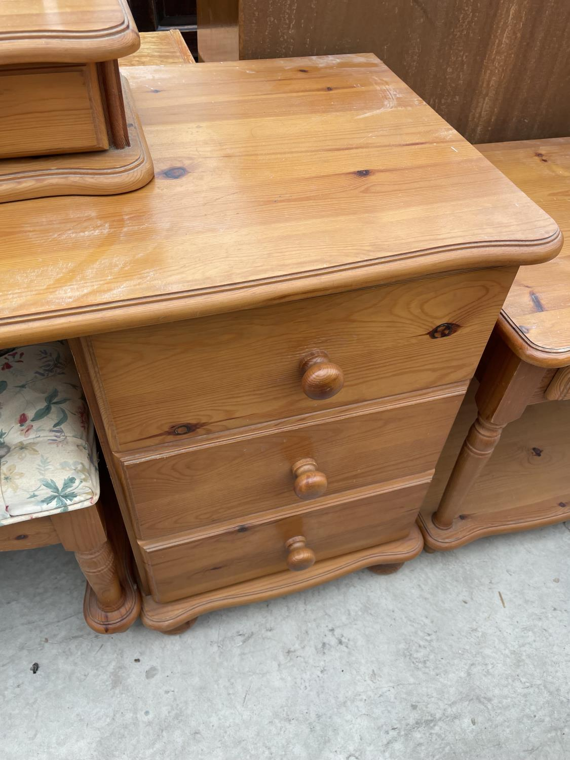 A MODERN PINE DRESSING TABLE WITH MIRROR, STOOL AND TWO BEDSIDE TABLES - Image 6 of 7