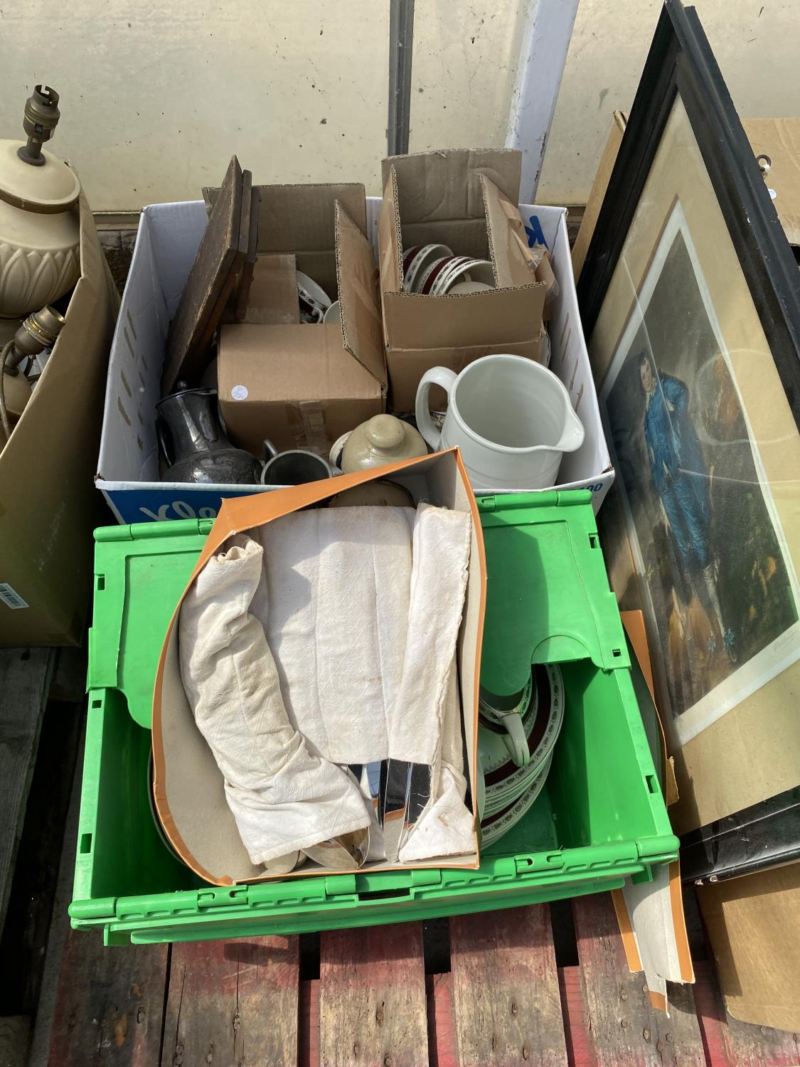 AN ASSORTMENT OF HOUSEHOLD CLEARANCE ITEMS TO INCLUDE CERAMIC WARE, BOOKS AND PEWTER ITEMS ETC - Image 5 of 6