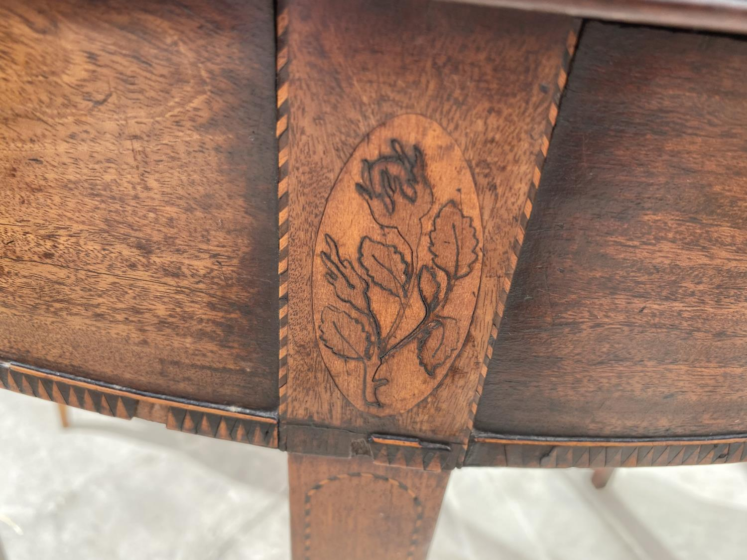 """A GEORGE III MAHOGANY AND INLAID FOLD-OVER TEA TABLE, 35"""" DIAMETER OPENED - Image 4 of 5"""