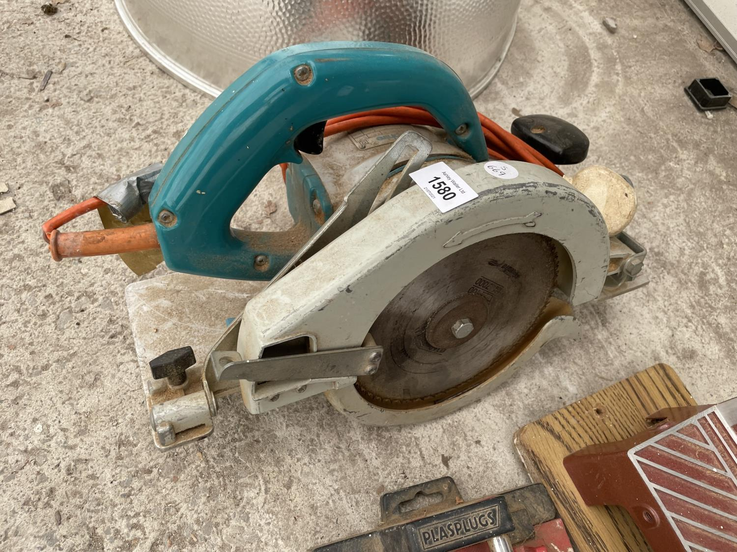 A WOLF CIRCULAR SAW AND TWO MITRE SAWS - Image 3 of 4