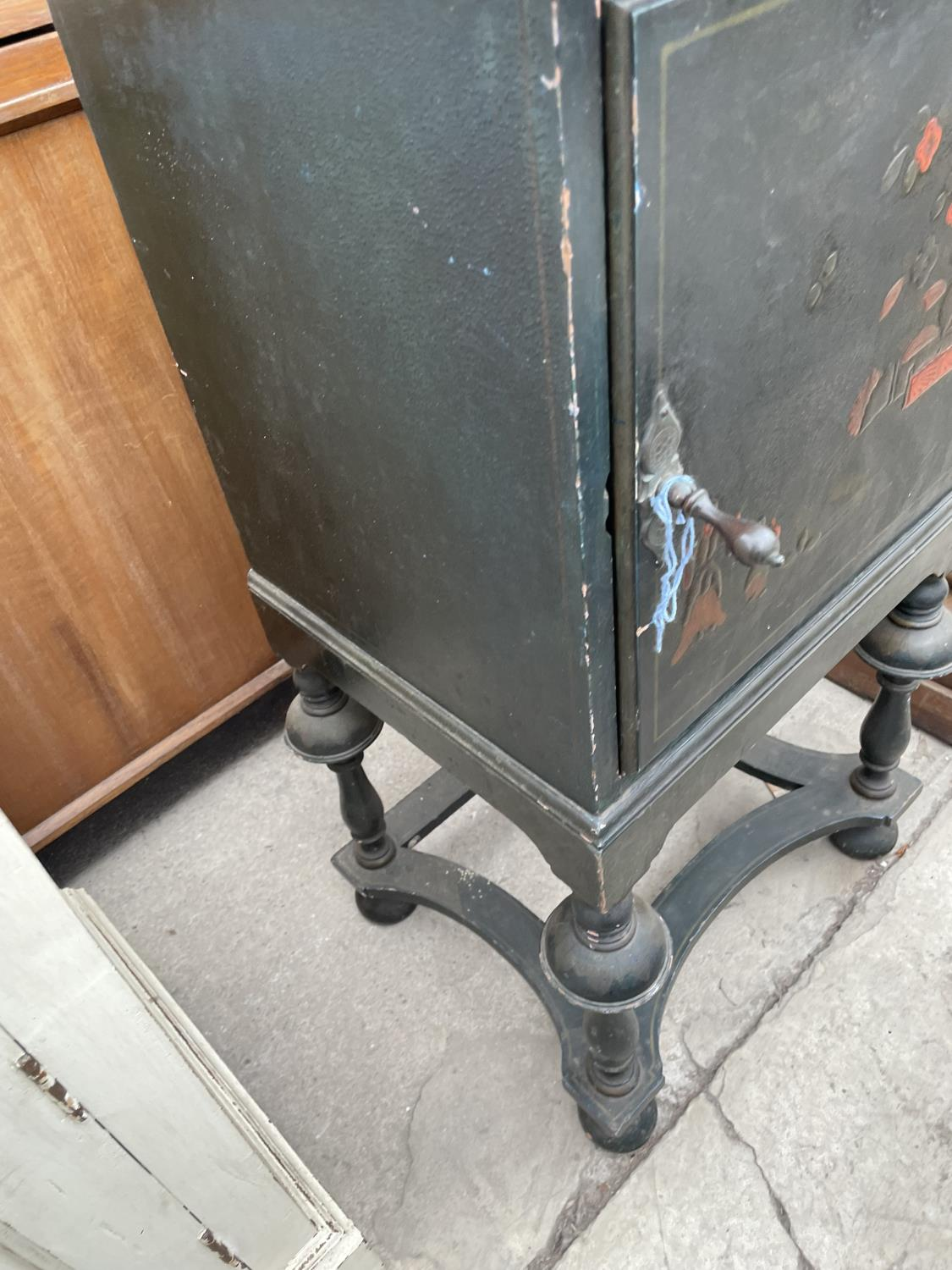 A 20TH CENTURY CHINOISERIE BEDSIDE CABINET ON OPEN BASE, WITH TURNED LEGS - Image 6 of 7