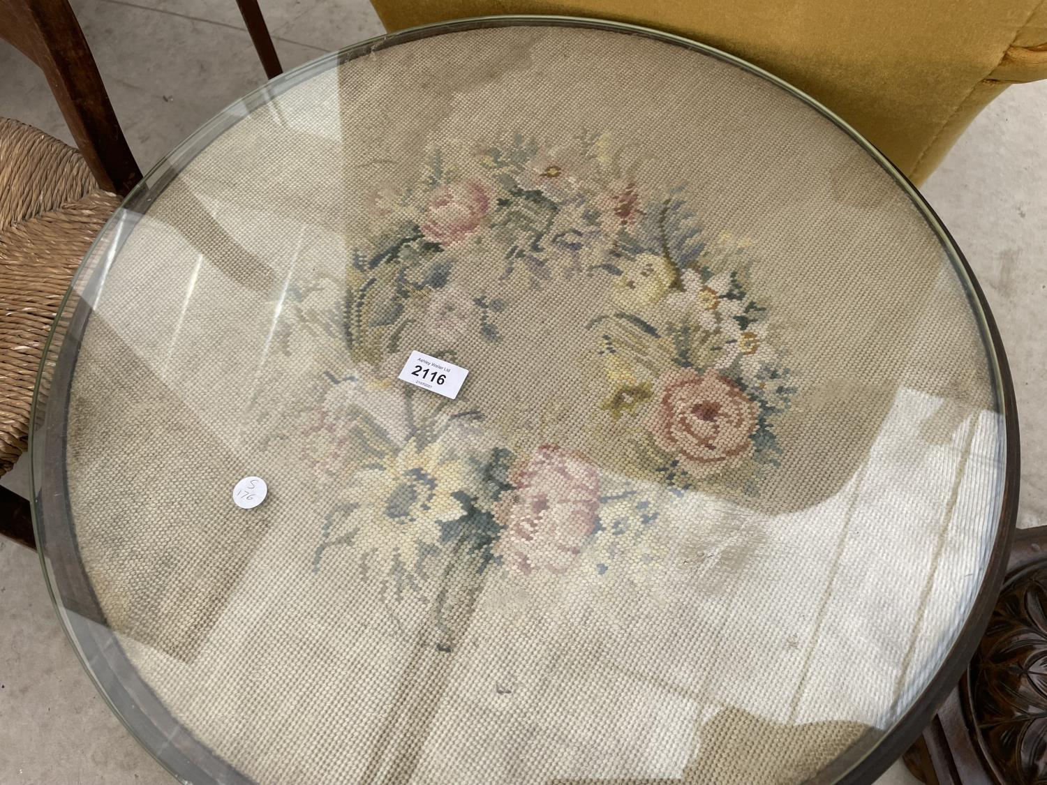 """AN EDWARDIAN 23"""" DIAMETER COFFEE TABLE ON CABRIOLE LEGS WITH TAPESTRY TOP - Image 2 of 3"""