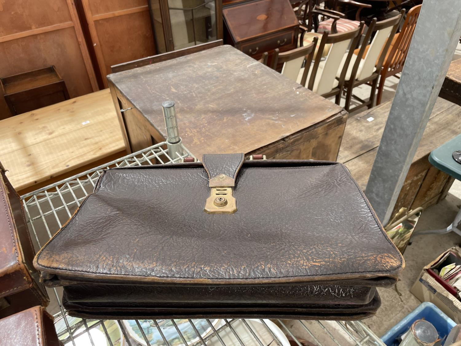 AN ASSORTMENT OF VINTAGE LEATHER TRAVEL CASES - Image 4 of 6