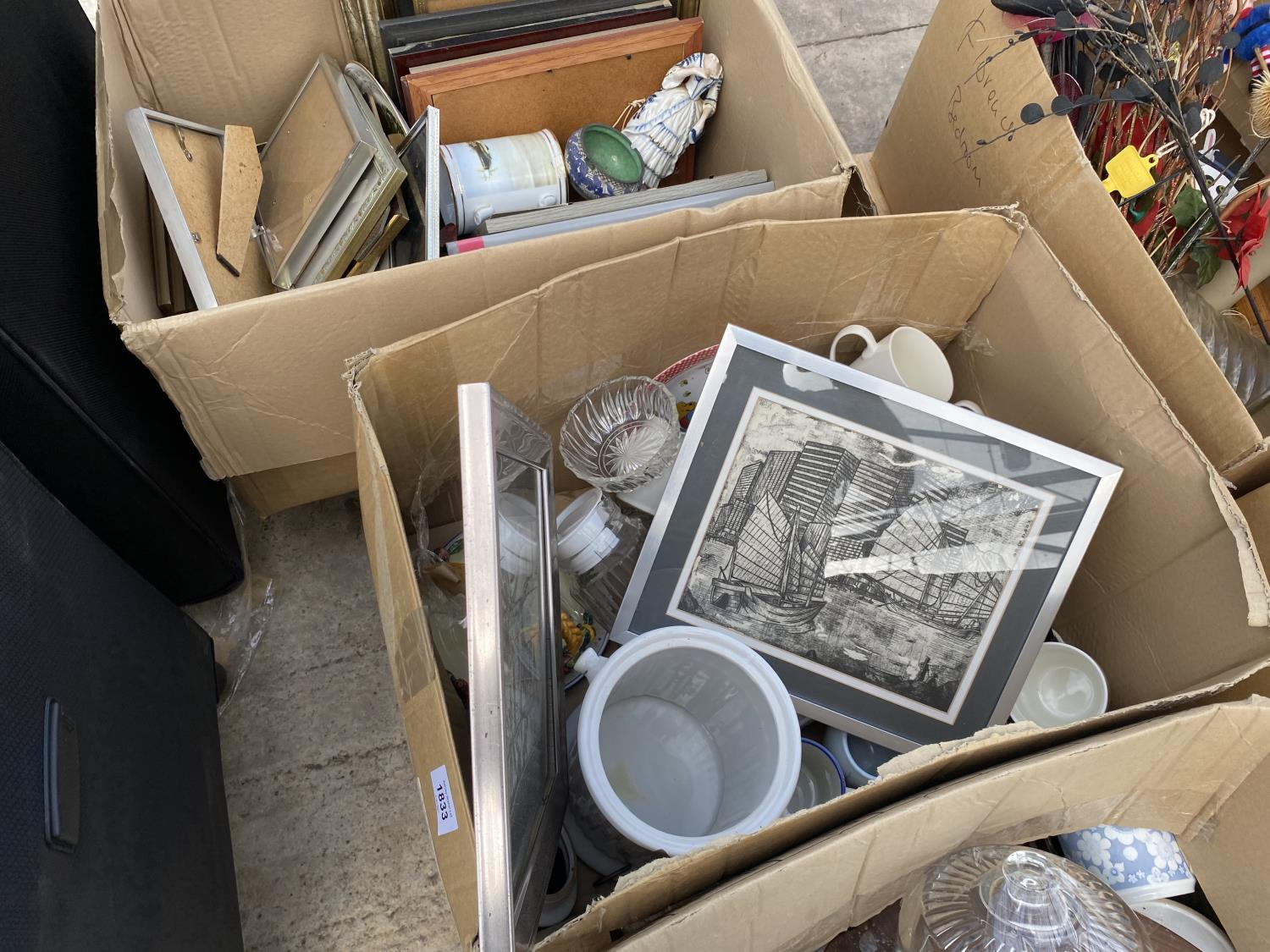 AN ASSORTMENT OF HOUSEHOLD CLEARANCE ITEMS TO INCLUDE SUITCASES, CERAMICS AND PRINTS ETC - Image 4 of 4