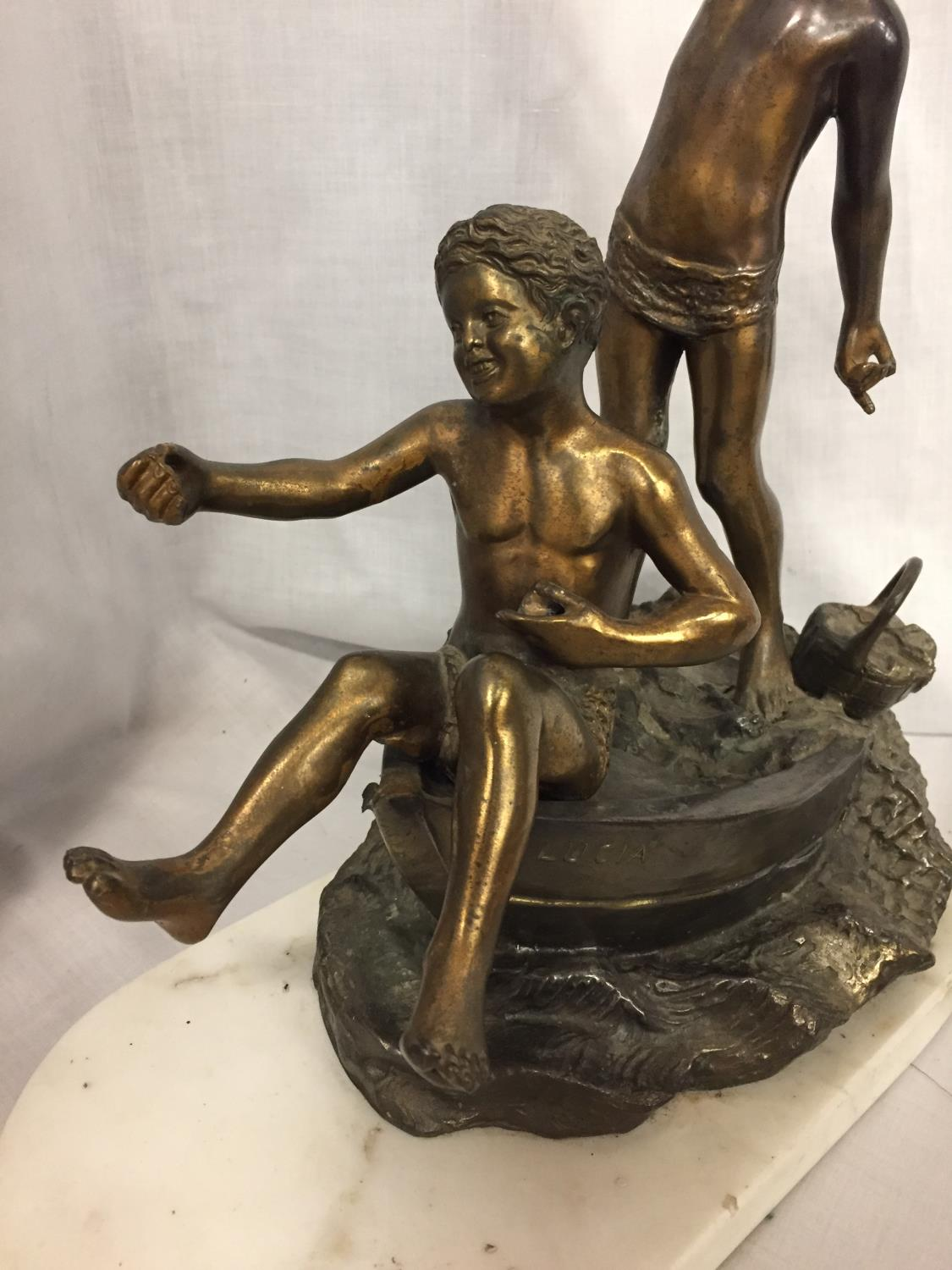 A SCULPTURE OF TWO BOYS IN A ROWING BOAT ON A MARBLE BASE - Image 4 of 4