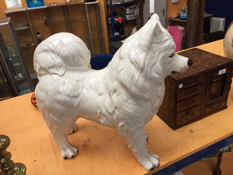 A LARGE WHITE CERAMIC SAMOYED DOG - Image 4 of 4