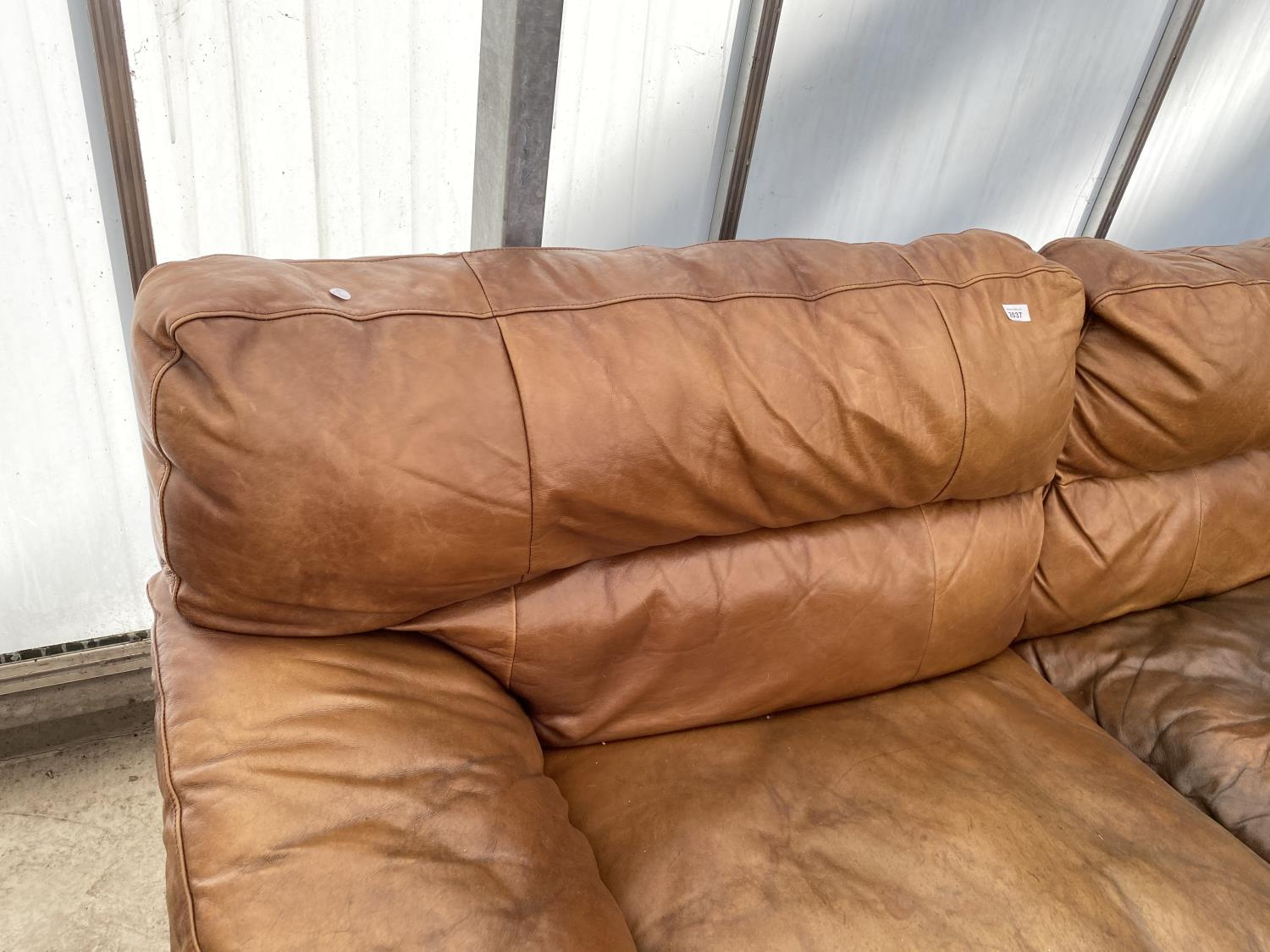 A MODERN LEATHER THREE SEATER SETTEE - Image 2 of 5