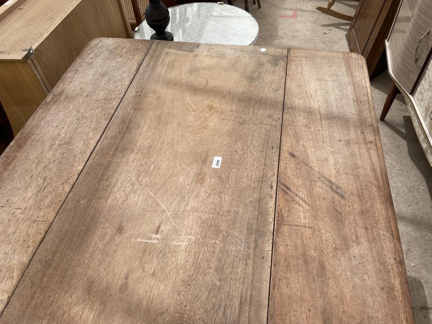 A VICTORIAN MAHOGANY PEMBROKE TABLE ON TURNED LEGS - Image 2 of 4