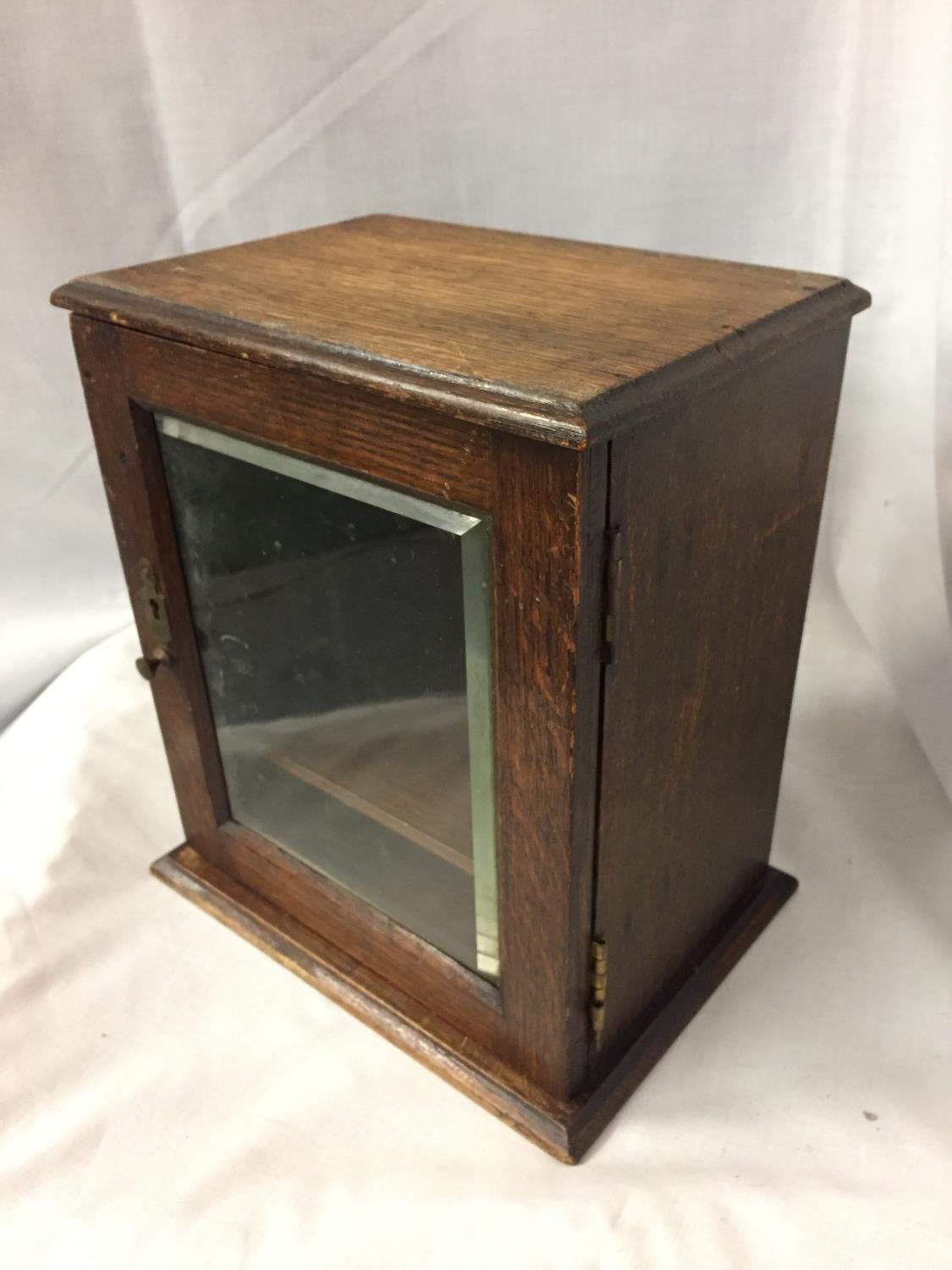 AN MINATURE OAK GLASS FRONTED CABINET HEIGHT 25CM - Image 3 of 3