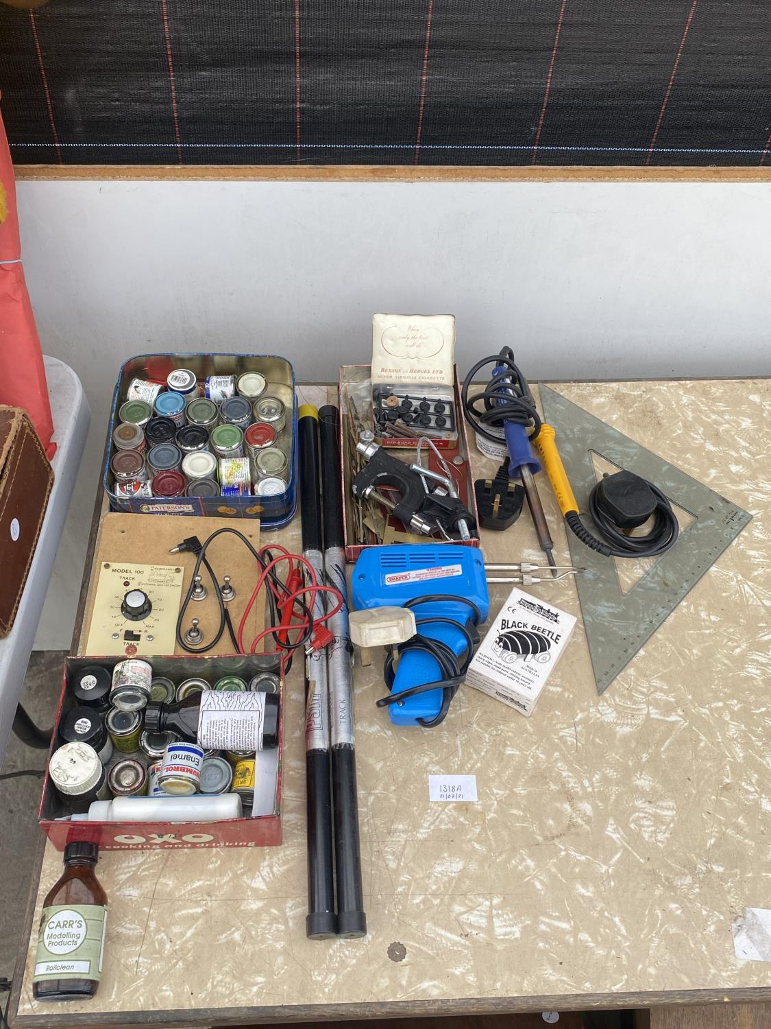 AN ASSORTMENT OF ARTS AND CRAFTS EQUIPMENT TO INCLUDE SOLDERING IRONS, A CLAMP AND MODEL PAINT AND