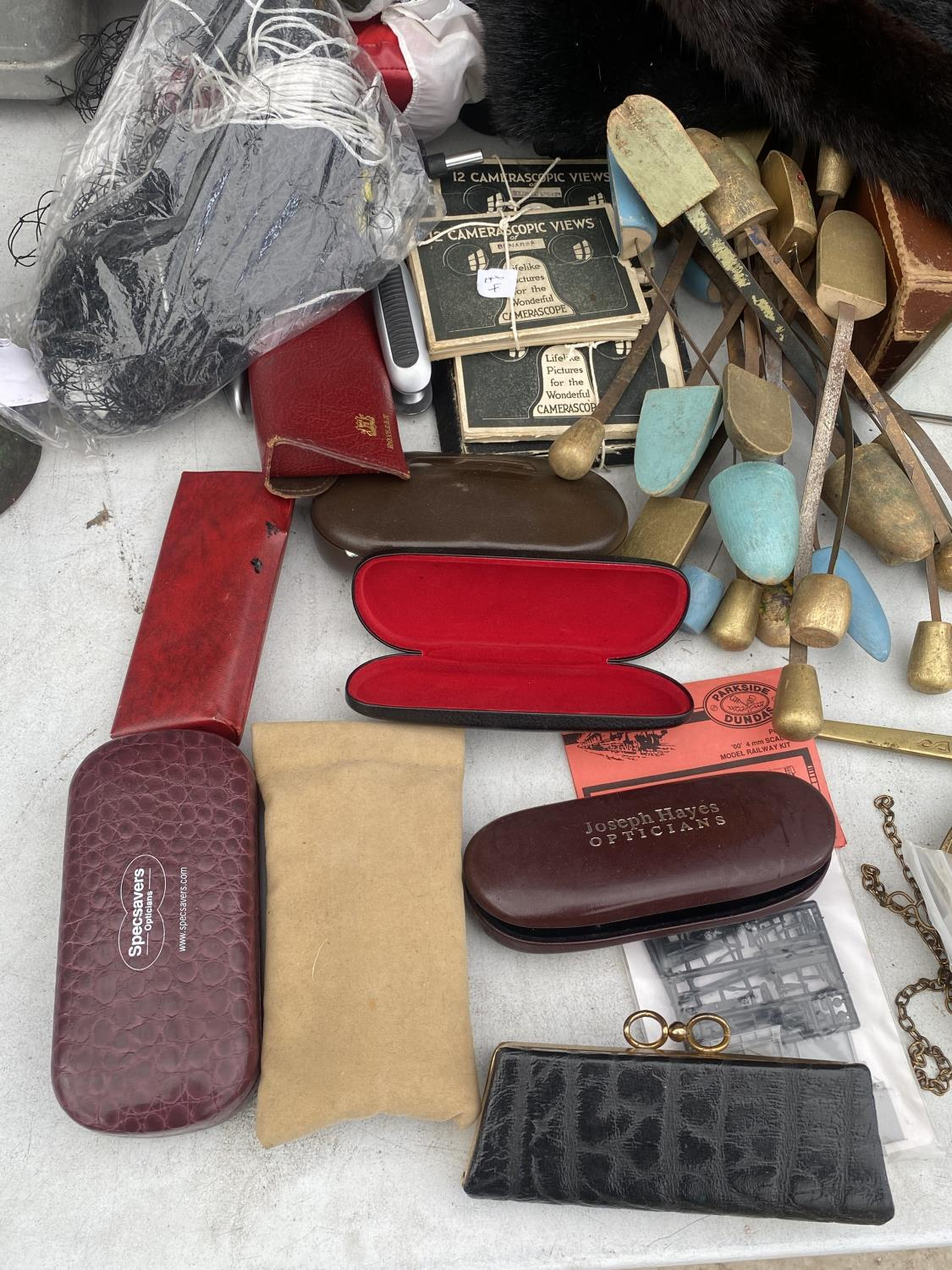 AN ASSORTMENT OF ITEMS TO INCLUDE SHOE STRETCHERS, A PAIR OF BALANCE SCALES AND GLASSES CASES ETC - Image 2 of 6