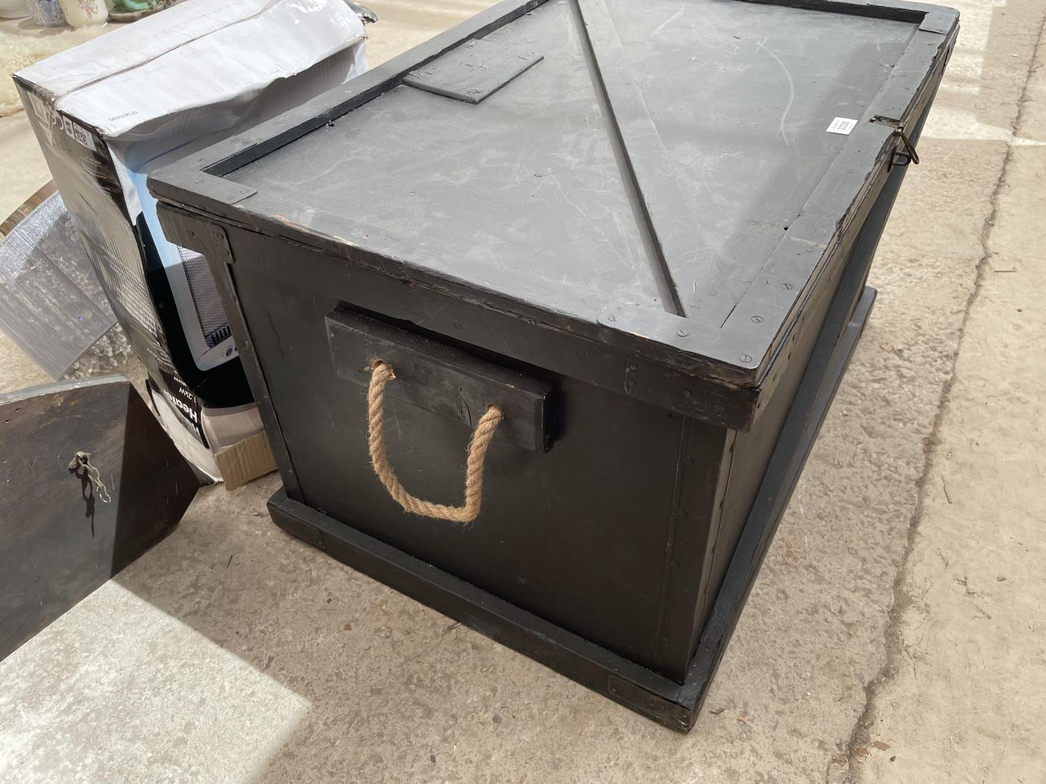 A BLACK STAINED BLANKET CHEST WITH ROPE CARRYING HANDLES, 32' WIDE - Image 4 of 5