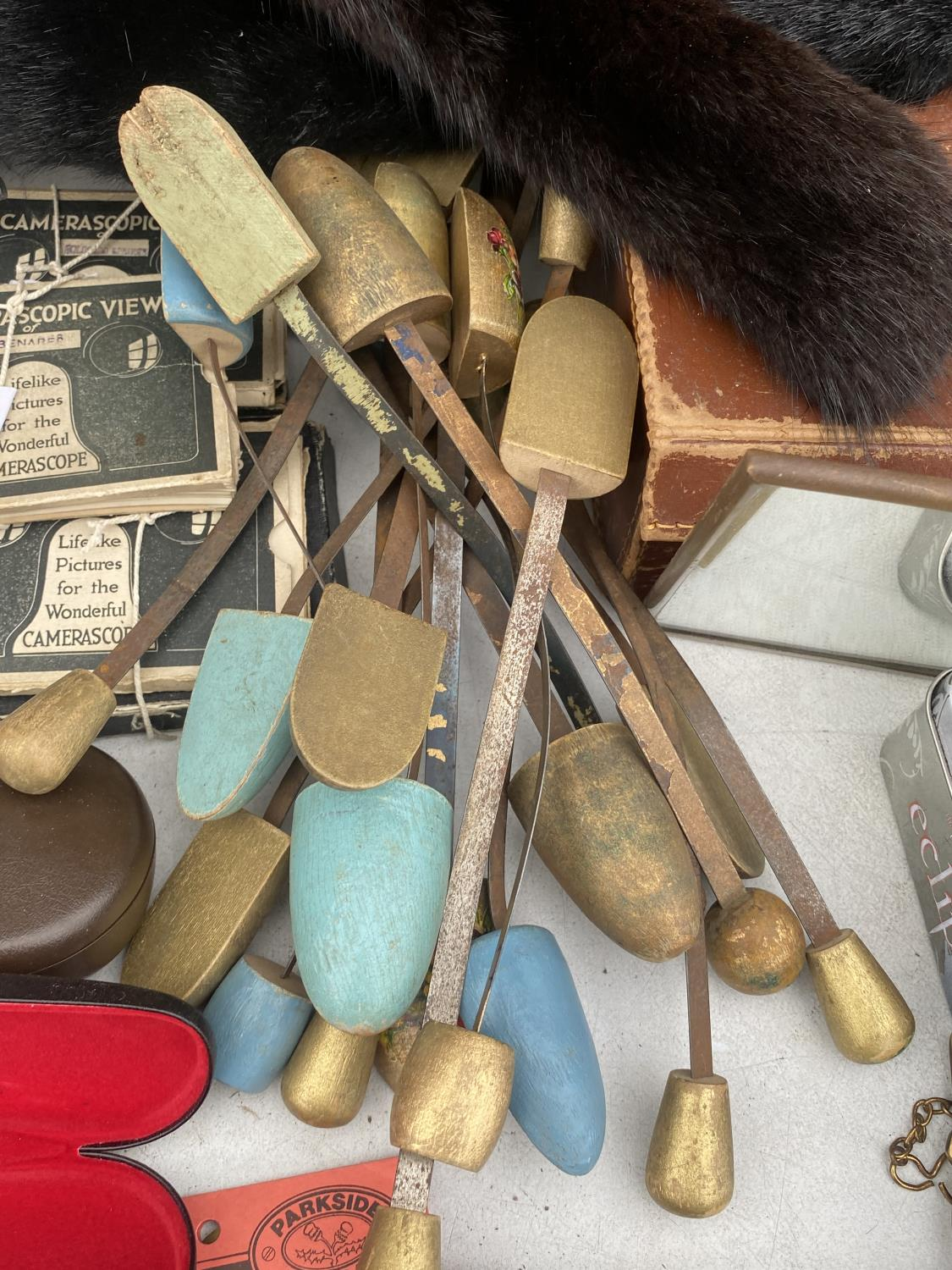 AN ASSORTMENT OF ITEMS TO INCLUDE SHOE STRETCHERS, A PAIR OF BALANCE SCALES AND GLASSES CASES ETC - Image 4 of 6