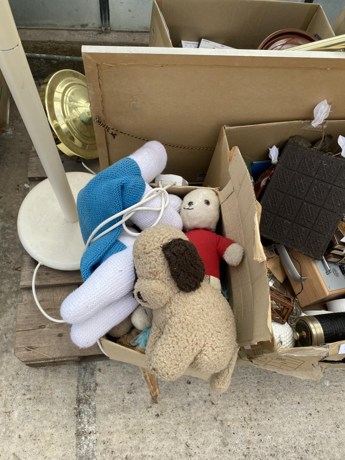 AN ASSORTMENT OF HOUSEHOLD CLEARANCE ITEMS TO INCLUDE LAMPS, A RADIO AND CERAMIC WARE ETC - Image 7 of 8