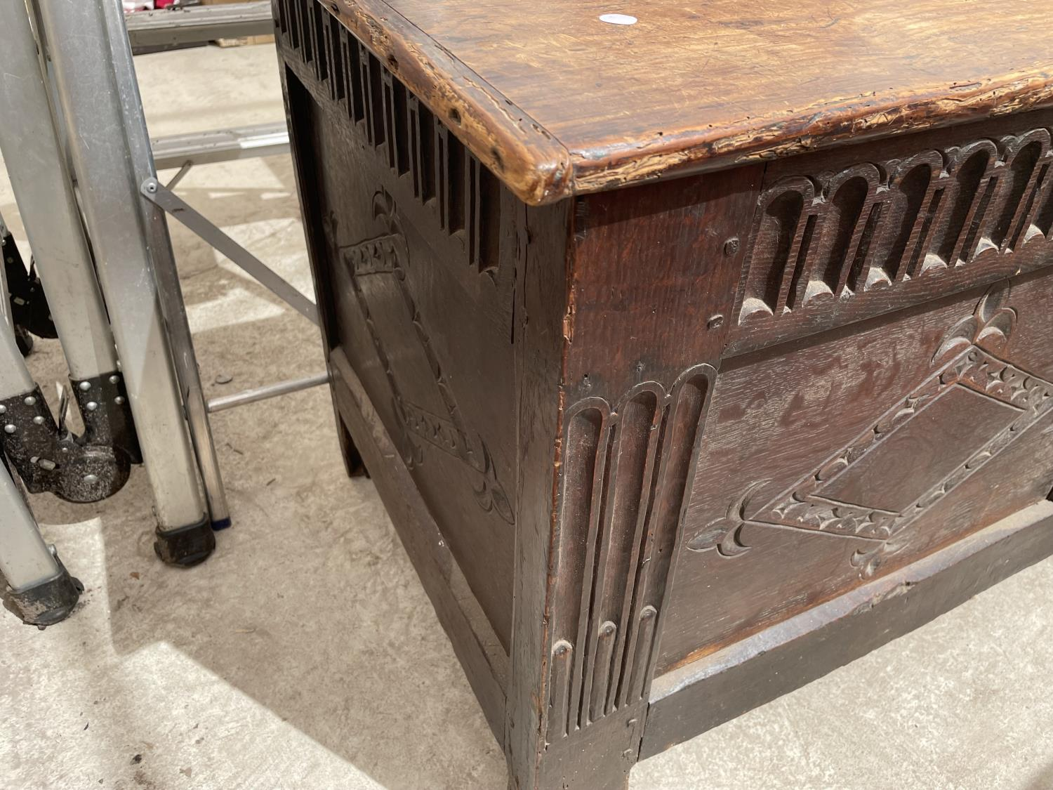A 19TH CENTURY OAK BLANKET CHEST - Image 3 of 7