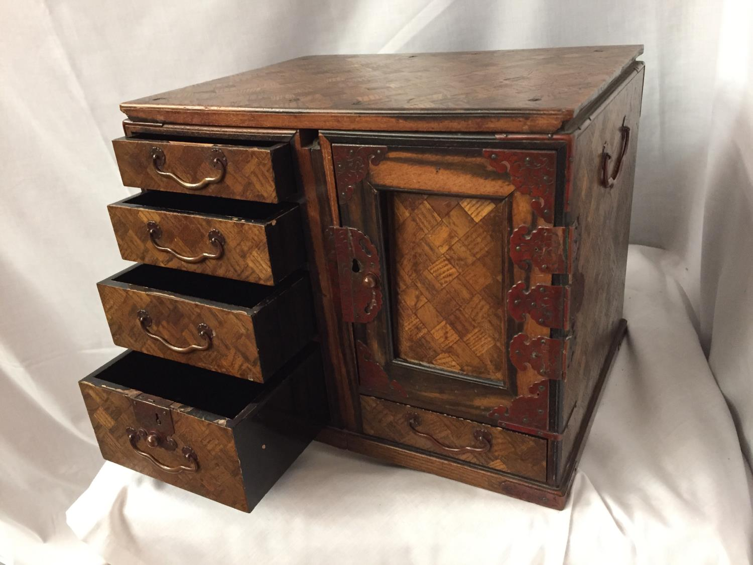 A MINATURE PARQUE WOODEN CHEST WITH DRAWERS 32CM X 26CM - Image 2 of 6