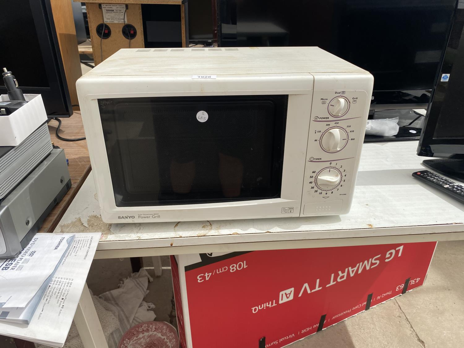 A WHITE SANYO MICROWAVE OVEN