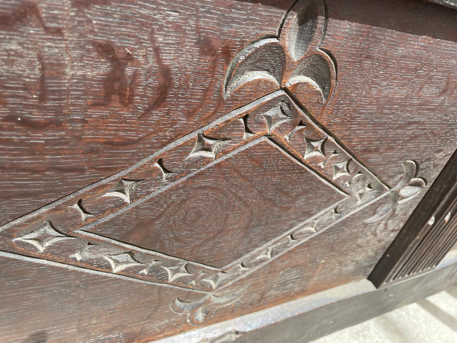 A 19TH CENTURY OAK BLANKET CHEST - Image 4 of 7