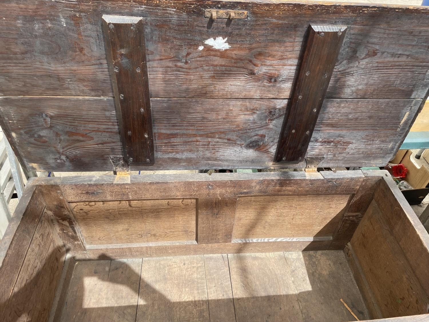 A 19TH CENTURY OAK BLANKET CHEST - Image 6 of 7
