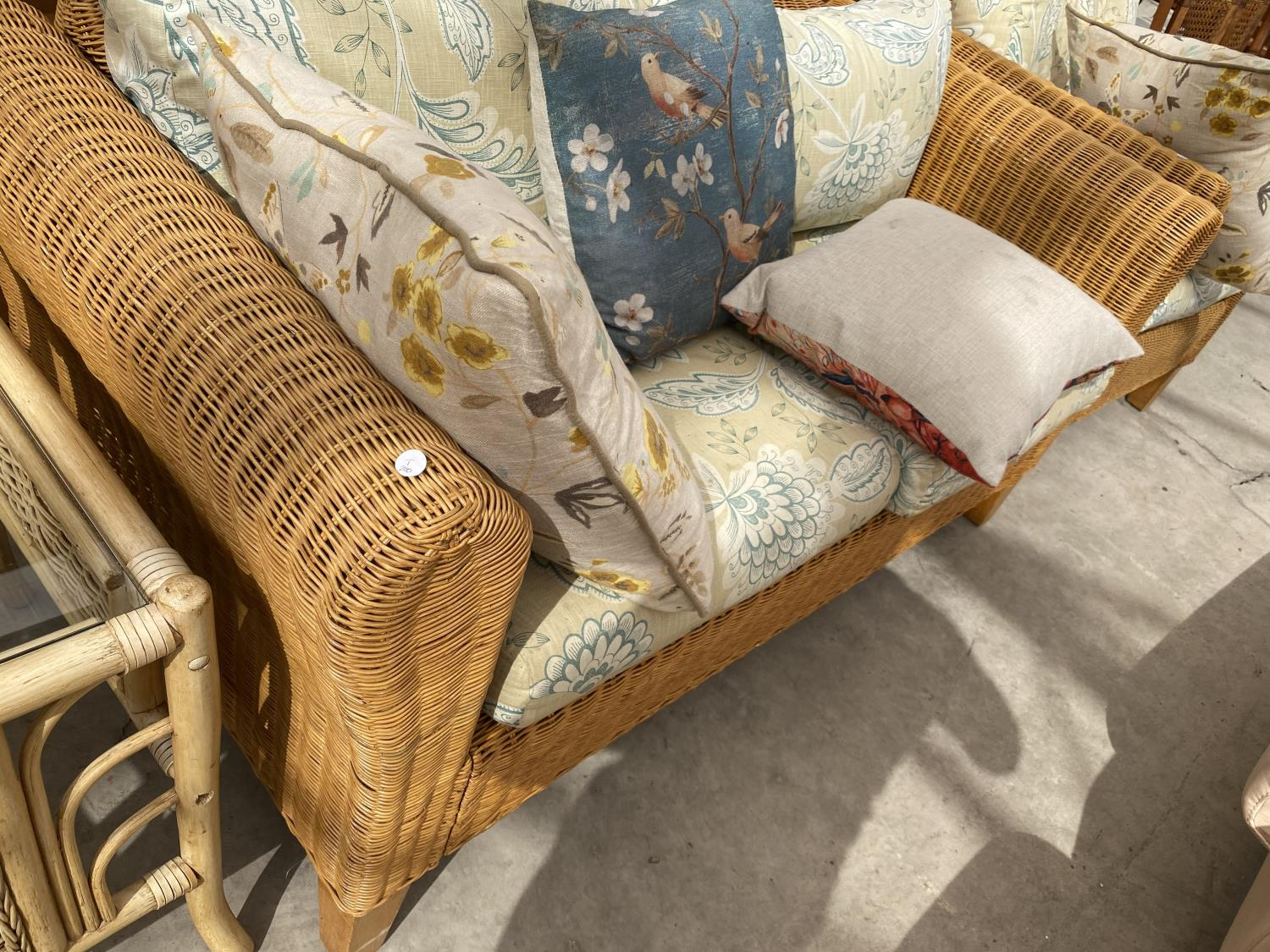 A MODERN WICKER CONSERVATORY SETTEE AND EASY CHAIR WITH FIVE LOOSE CUSHIONS - Image 4 of 4