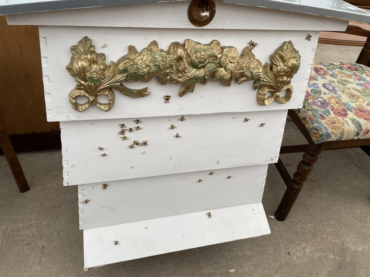 A FOUR TIER WHITE PAINTED FORMER BEEHIVE, DECORATED WITH BEES AND FLOWERS - Image 4 of 4