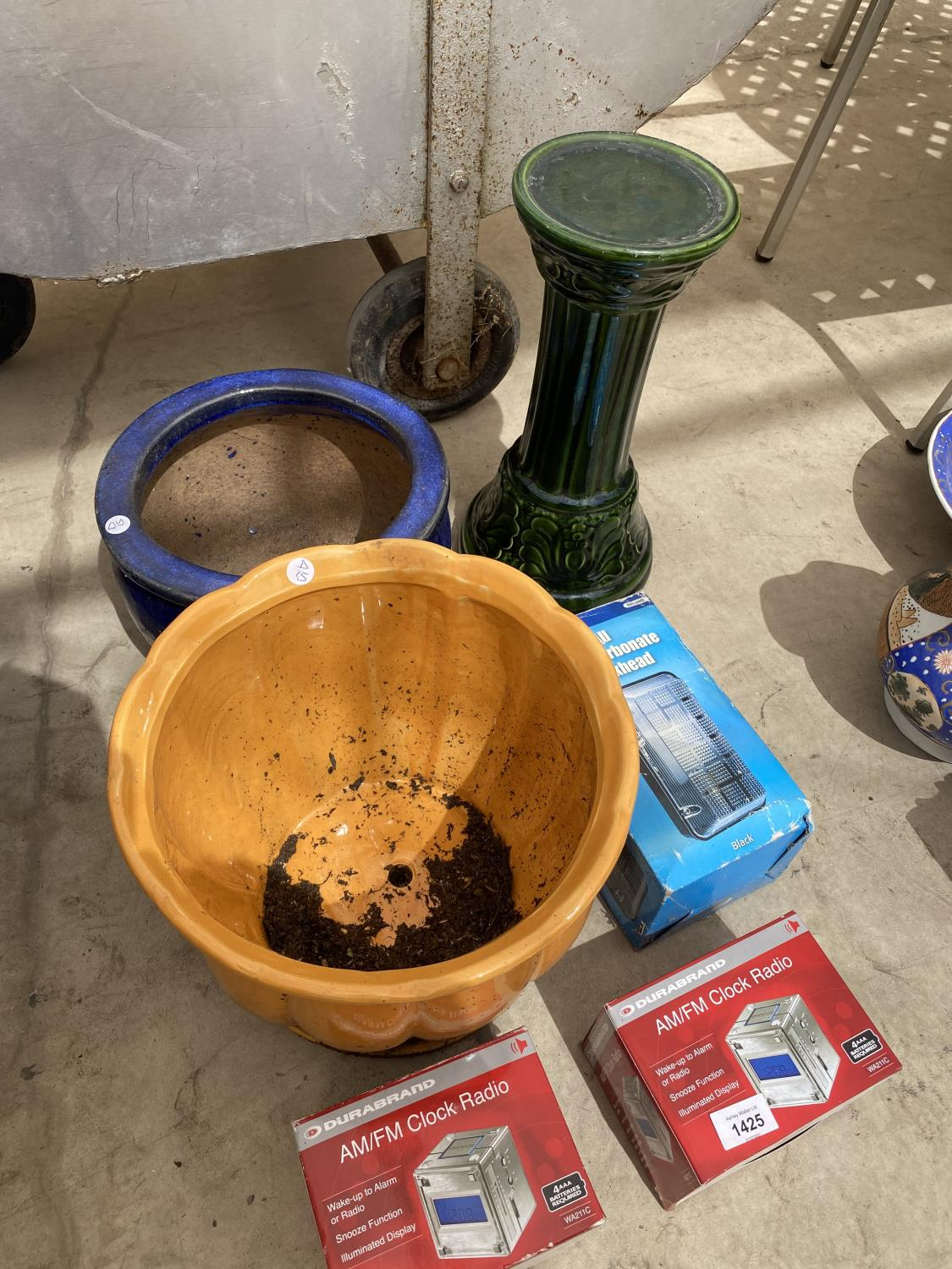 AN ASSORMTENT OF ITEMS TO INCLUDE PLANTERS, A JARDINAIRE STAND AND RADIO CLOCKS ETC - Image 4 of 4