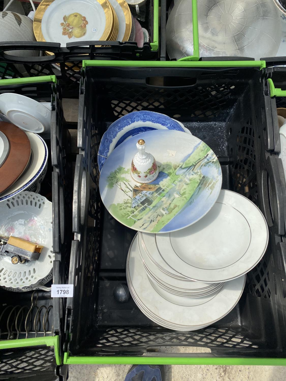 AN ASSORTMENT OF HOUSEHOLD CLEARANCE ITEMS TO INCLUDE CERAMICS AND GLASS WARE ETC - Image 5 of 6