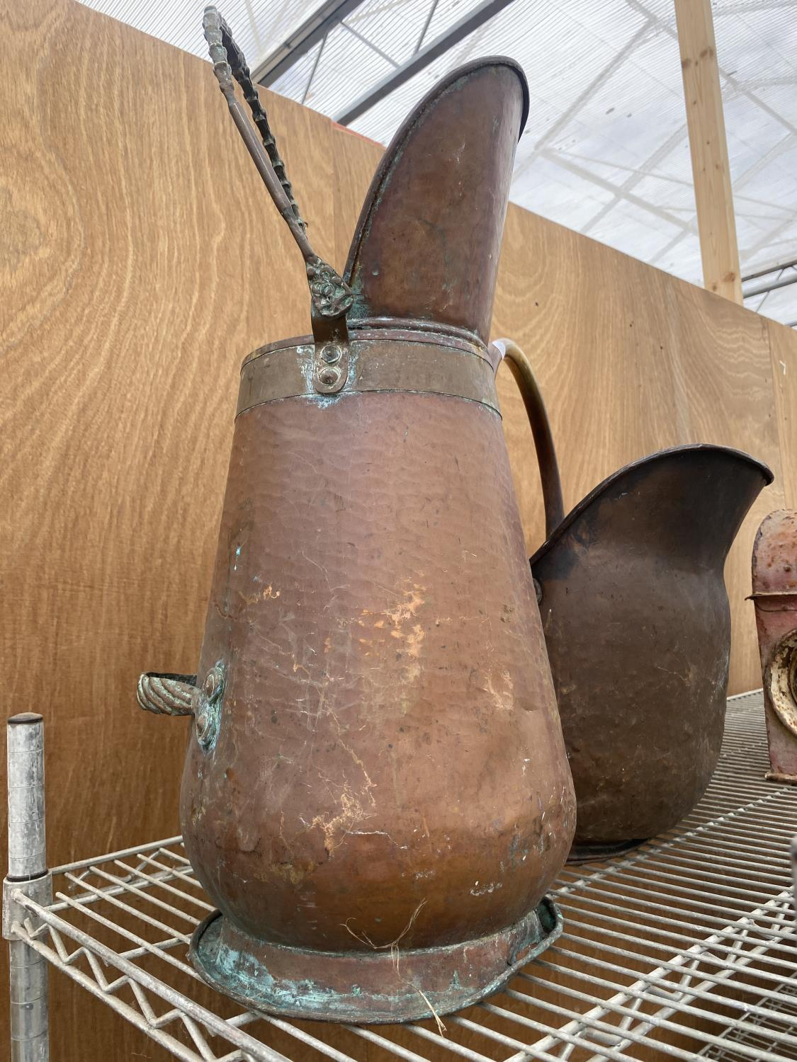 A GROUP OF THREE COPPER ITEMS TO INCLUDE A KETTLE, A COAL BUCKET AND A COAL SKUTTLE - Image 4 of 5