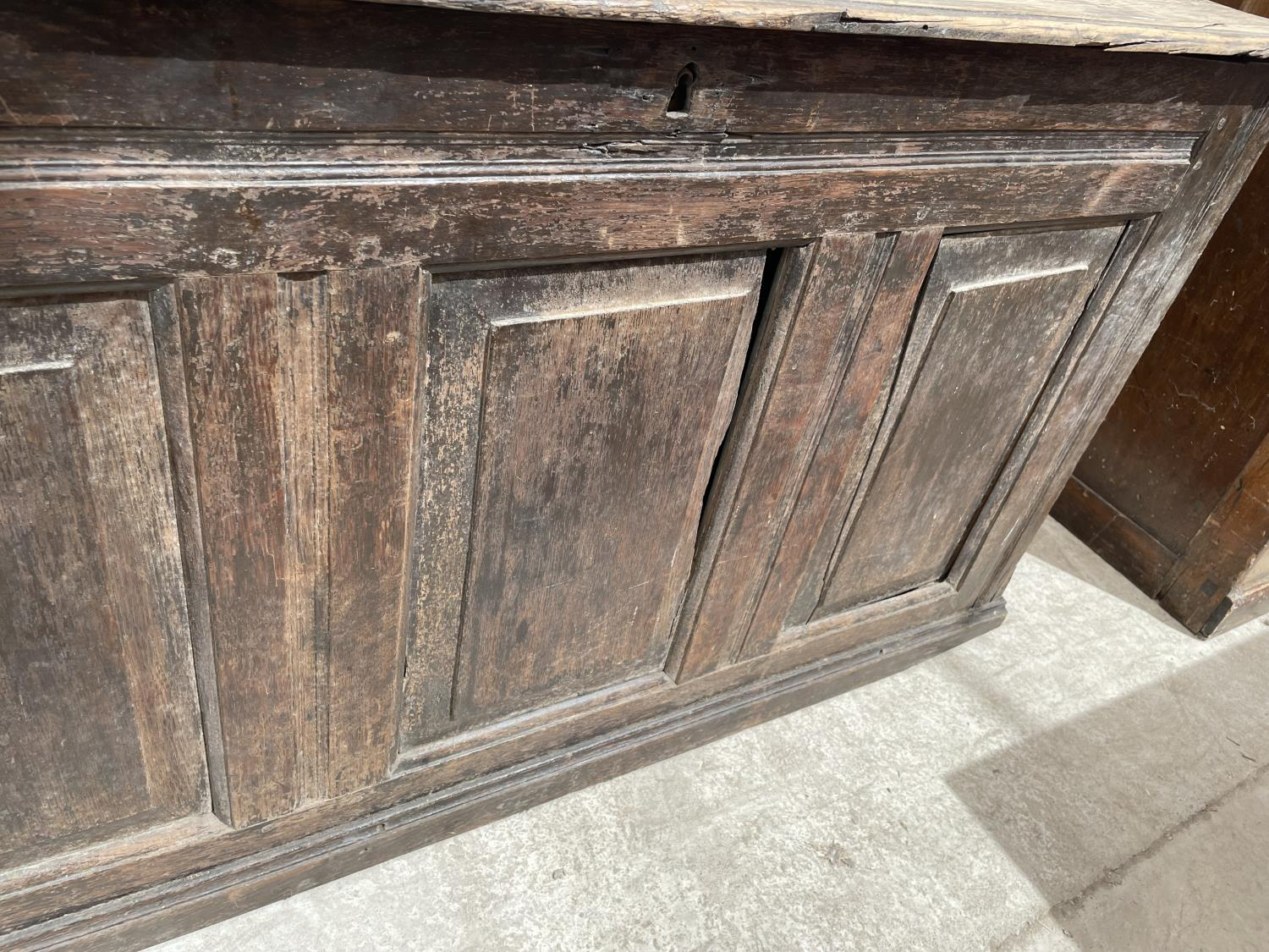 A GEORGE III OAK BLANKET CHEST (REQUIRES HINGES RE-AFFIXING) - Image 4 of 6