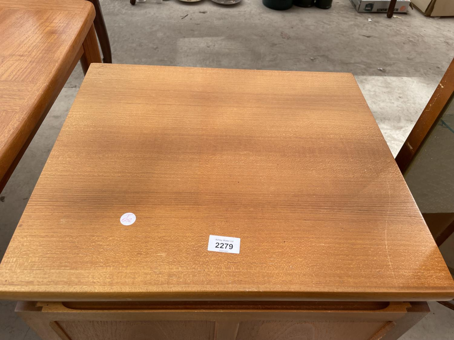"""A RETRO TEAK PARKER KNOLL LOW CABINET WITH SINGLE PANELLED DOOR, 20.5"""" WIDE - Image 2 of 3"""