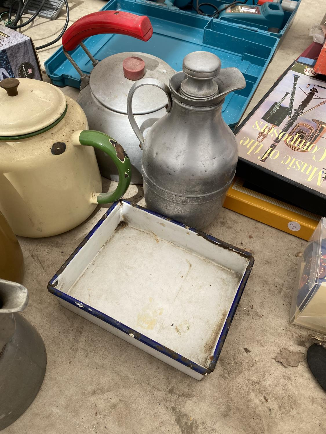 AN ASSORTMENT OF ITEMS TO INCLUDE KETTLES AND A SODA SYPHON ETC - Image 2 of 4