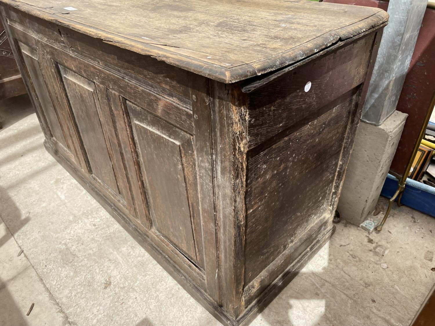 A GEORGE III OAK BLANKET CHEST (REQUIRES HINGES RE-AFFIXING) - Image 5 of 6