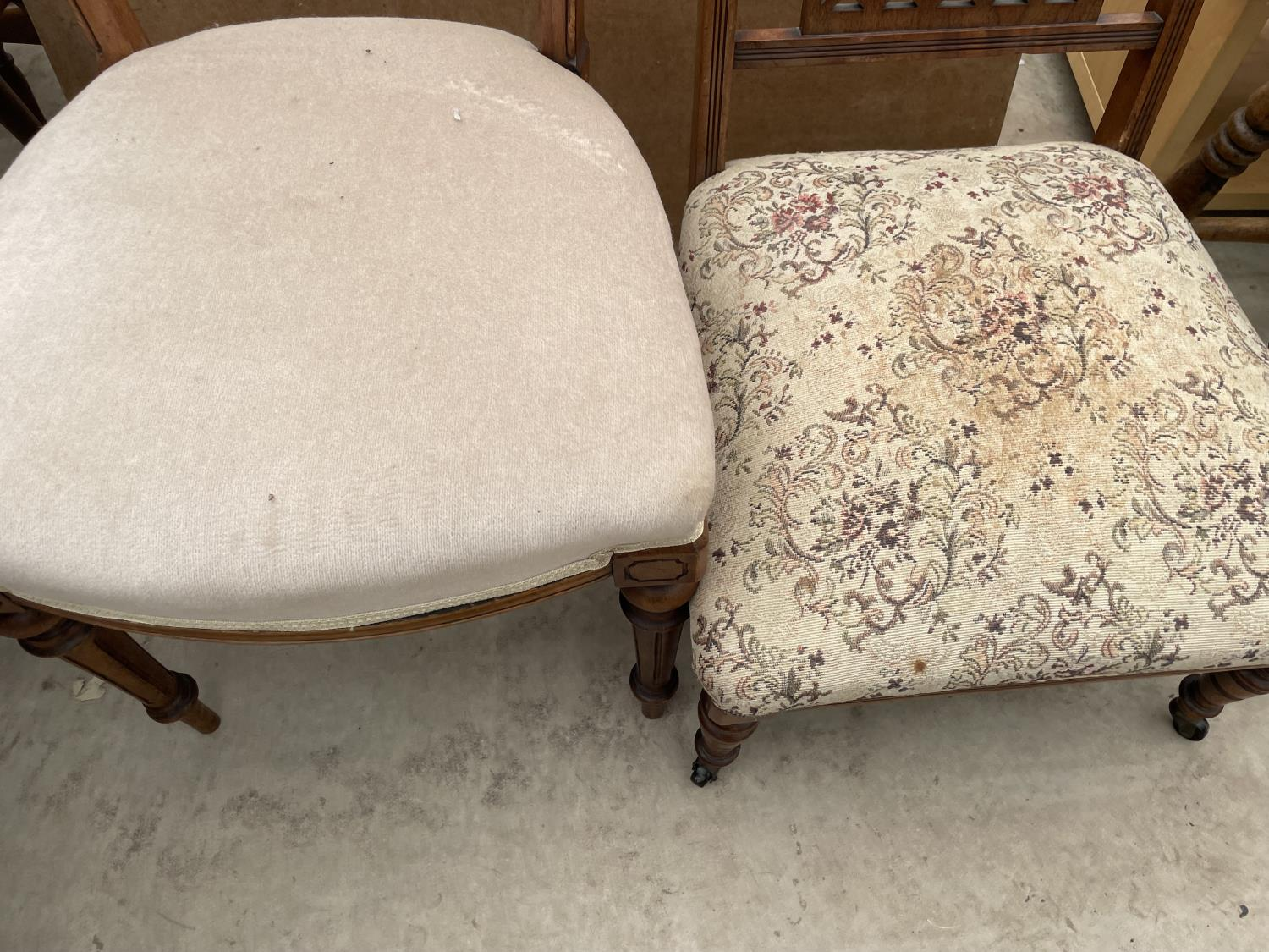A SET OF FIVE MID 20TH CENTURY STYLE DINING CHAIRS WITH WHALE FIN BACKS - Image 9 of 10