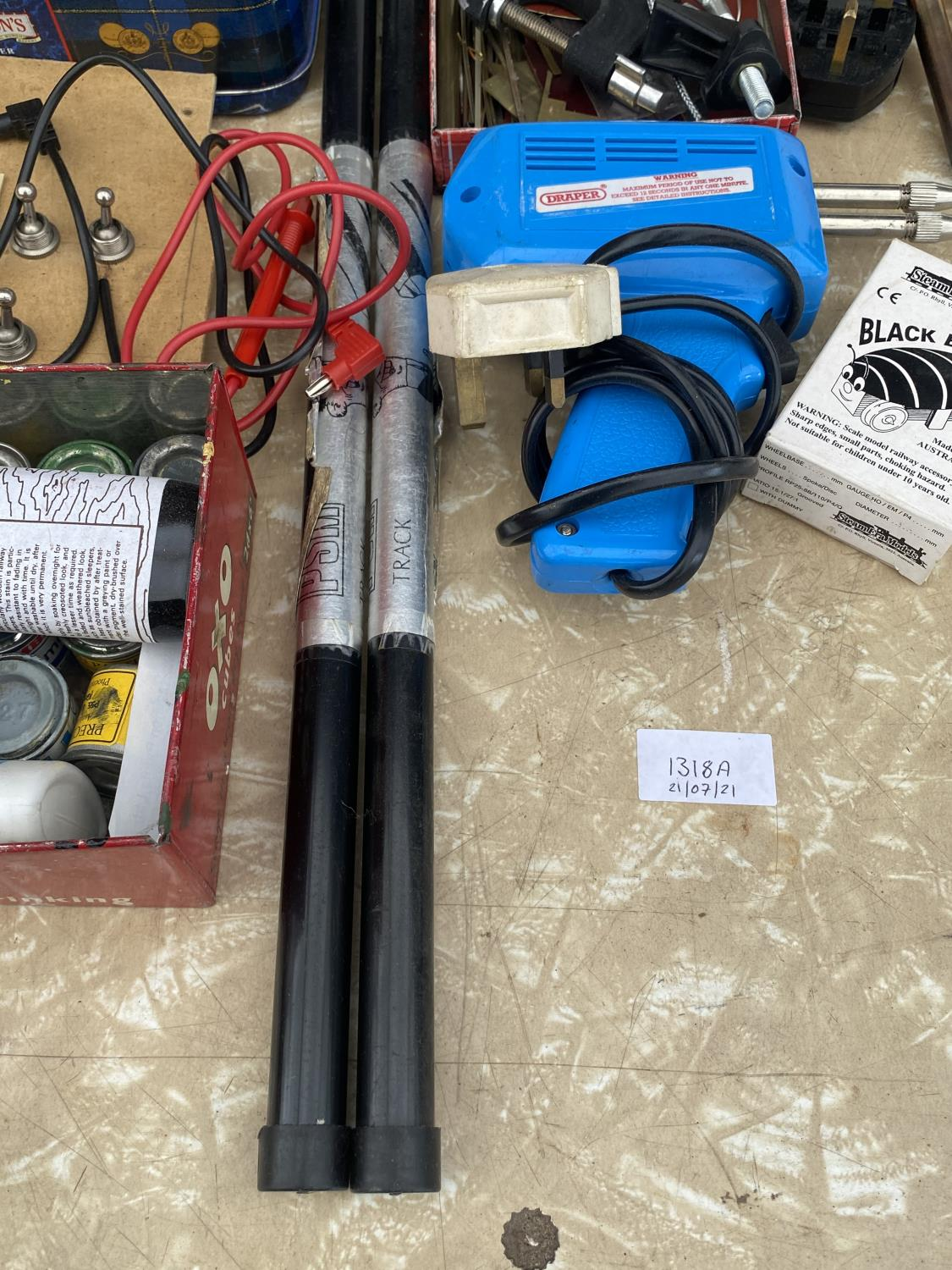 AN ASSORTMENT OF ARTS AND CRAFTS EQUIPMENT TO INCLUDE SOLDERING IRONS, A CLAMP AND MODEL PAINT AND - Image 6 of 6